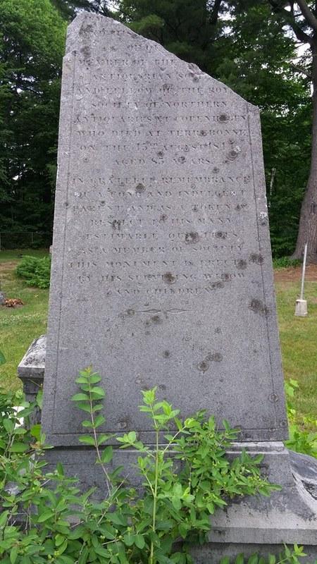 <p>Un ob&eacute;lisque de pierre dont la partie sup&eacute;rieure est bris&eacute;e se dresse derri&egrave;re un buisson.&nbsp; Il s&#39;agit du monument fun&eacute;raire en m&eacute;moire de l&#39;Honorable Roderick MacKenzie, un homme tr&egrave;s influent &agrave; Terrebonne au XIXe si&egrave;cle.<br /><br />Directeur de la Compagnie du Nord-Ouest, une importante soci&eacute;t&eacute; de traite des fourrures &agrave; l&rsquo;origine du d&eacute;veloppement de l&rsquo;Ouest canadien, membre du conseil l&eacute;gislatif du Bas-Canada, lieutenant-colonel de milice, membre de l&rsquo;American Antiquarian Society, il est un acteur cl&eacute; dans le d&eacute;veloppement de Terrebonne; d&rsquo;ailleurs, il exerce la fonction de seigneur de Terrebonne de 1817 &agrave; 1824. Il meurt le 15 ao&ucirc;t 1844.<br /><br />Photo: Collection Soci&eacute;t&eacute; d&#39;histoire de Mascouche / SODAM<br />Source: disponible sur demande au info@sodam.qc.ca</p>