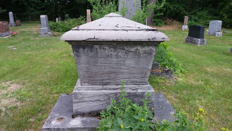 <p>Juste &agrave; c&ocirc;t&eacute; de l&#39;ob&eacute;lisque de Roderick MacKenzie se trouve un monument en la m&eacute;moire du Dr Simon Fraser.<br /><br />N&eacute; le 1er janvier 1769, le docteur Fraser &eacute;tait officier dans un r&eacute;giment &eacute;cossais et habitait &agrave; Terrebonne.&nbsp; Il avait &eacute;t&eacute; bless&eacute; au cours de son service militaire et ceux qui sont venus &agrave; ses fun&eacute;railles ont voulu qu&#39;on se souvienne de lui comme ayant &eacute;t&eacute; bon et int&egrave;gre.<br /><br />Malcom Fraser, son p&egrave;re (1733-1815), &eacute;tait lieutenant lors de la bataille des Plaines d&#39;Abraham, o&ugrave; il a &eacute;t&eacute; bless&eacute;. Comme plusieurs de ses compatriotes, il demeure au Canada apr&egrave;s la conqu&ecirc;te anglaise et &eacute;pouse une Canadienne fran&ccedil;aise, Marie Allaire. En 1762, le g&eacute;n&eacute;ral Murray lui conc&eacute;de la seigneurie de Mount Murray et plus tard, Fraser achete celle de Kamouraska. Il est &eacute;galement gestionnaire de Rivi&egrave;re-du-Loup.<br /><br />Le grand-p&egrave;re de Simon, un autre Simon, est lui-m&ecirc;me un officier durant la guerre de Sept ans. Il a lev&eacute; le 78e R&eacute;giment compos&eacute; de Highlanders &eacute;cossais. Il vient en Am&eacute;rique avec le grade de colonel, prend part aux combats de Louisbourg et de Qu&eacute;bec. Il se retire avec le grade de major-g&eacute;n&eacute;ral.<br /><br />Il n&#39;est donc pas trop surprenant d&#39;apprendre que son petit-fils, notre docteur Simon, &agrave; peine &acirc;g&eacute; de quatorze ans, opte pour la vie militaire et, comme il est alors d&#39;usage, ach&egrave;te le grade d&#39;enseigne. Il est promu lieutenant en 1795 et, l&#39;ann&eacute;e suivante, il s&#39;enr&ocirc;le dans le 42e R&eacute;giment, ou Royal Highlanders, &agrave; Sainte-Lucie dans les Indes occidentales. Au mois de juin, il est bless&eacute; lors de l&#39;assaut de la Vigie, &agrave; Saint-Vincent. Il suit so
