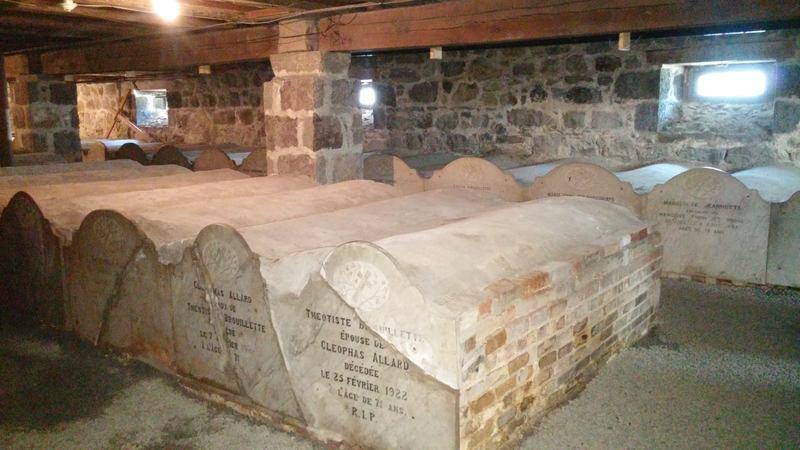 <p>Une partie du sous-sol de l&#39;&eacute;glise est transform&eacute;e en crypte, caveau souterrain utilis&eacute; comme lieu de s&eacute;pulture. Quelques 54 corps de l&#39;&eacute;lite mascouchoise et de pr&ecirc;tres ayant oeuvr&eacute;s &agrave; Saint-Henri de Mascouche vers la fin du XIXe si&egrave;cle y sont inhum&eacute;s. Chaque tombeau est une structure rectangulaire de brique, vo&ucirc;t&eacute;e et ferm&eacute;e &agrave; son extr&eacute;mit&eacute; par une st&egrave;le de marbre et sont plac&eacute;s c&ocirc;te &agrave; c&ocirc;te.<br /><br />L&rsquo;inhumation en crypte a succ&eacute;d&eacute; &agrave; la tradition d&rsquo;inhumer les corps sous les bancs d&rsquo;&eacute;glises. Cette pratique, longtemps en vigueur au Qu&eacute;bec, est graduellement abandonn&eacute;e au 19e si&egrave;cle, principalement pour des raisons de salubrit&eacute;, d&rsquo;espace et pour &eacute;viter la profanation des restes humains. Au fil du temps, le principe de la crypte a fait son apparition.<br /><br />Photo: Collection Soci&eacute;t&eacute; d&#39;histoire de Mascouche / SODAM<br />Source: disponible sur demande au info@sodam.qc.ca</p>