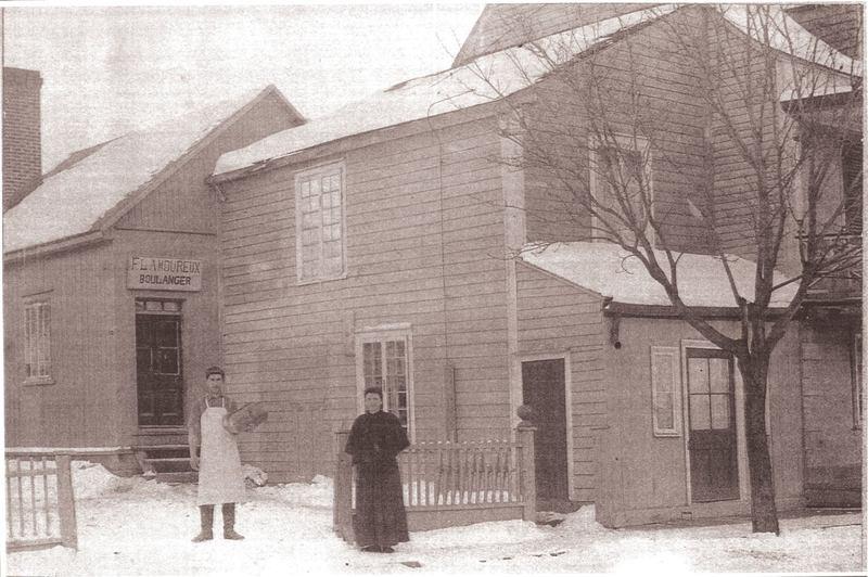 <p>Sur cette photo, on aper&ccedil;oit Flavien Lamoureux et Anasthasie &Eacute;thier devant leur boulangerie en 1900.&nbsp; Elle &eacute;tait situ&eacute;e &agrave; l&#39;emplacement actuel de la r&eacute;sidence pour personnes &acirc;g&eacute;es du&nbsp;2985, chemin Sainte-Marie.<br /><br />Photo: Collection Ville de Mascouche / Huguette L&eacute;vesque-Lamoureux<br />Source: disponible sur demande au info@sodam.qc.ca</p>