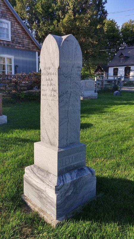 <p>James Alexander (1843-1926), le septi&egrave;me fils de John Alexander et Rebecca Robinson, &eacute;pouse en 1871 Mary Ann Bell.&nbsp; La famille s&#39;&eacute;tablit sur une ferme , don de son p&egrave;re.&nbsp; Avec son fils a&icirc;n&eacute; John, James construit le premier pont de bois &agrave; cet endroit, vers 1890.&nbsp; Herbert (1887-1968), le plus jeune de ses cinq enfants, h&eacute;rite de la ferme en 1913.&nbsp; Son &eacute;pouse Lillie Dixon Job lui donne quatre enfants: Dorothy, Ivan, Alfred et Lorna.<br /><br />Alfred, n&eacute; en 1919, repr&eacute;sente la cinqui&egrave;me g&eacute;n&eacute;ration dans la r&eacute;gion depuis 1824.&nbsp; En 1943, il &eacute;pouse Muriel Alexander.&nbsp; Ils voient grandir trois enfants: Alfred Jr, Joyce et Marilyn.&nbsp; Alfred h&eacute;rite de la ferme en 1946 et &eacute;l&egrave;ve pendant quinze ans un troupeau de vaches Ayrshire.&nbsp; En 1953, il obtient une des premi&egrave;res franchises Volkswagen au Canada.&nbsp; Cinq ans plus tard, il constitue le premier concessionnaire automobile de la mont&eacute;e Gascon, &agrave; l&#39;intersection du chemin Martin, sur la terre familiale.&nbsp; Fred et Joyce se joignent au commerce de leur p&egrave;re en 1962-1963.<br /><br />Photo: Collection Soci&eacute;t&eacute; d&#39;histoire de Mascouche / SODAM<br />Source: disponible sur demande au info@sodam.qc.ca</p>