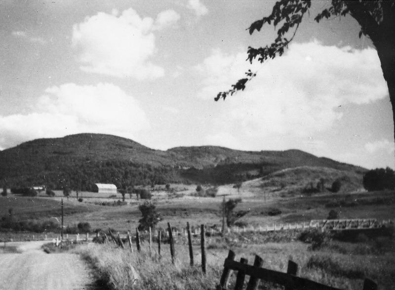 <p>Il n&#39;y a pas si longtemps, le mont Brome &eacute;tait encore une belle petite montagne entour&eacute;e de fermes.&nbsp;</p>