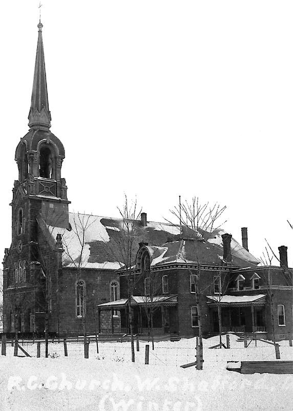 <p>La paroisse Saint-Fran&ccedil;ois-Xavier a &eacute;t&eacute; &eacute;rig&eacute;e en 1858. La premi&egrave;re chapelle, en bois, est construite en 1859. Une deuxi&egrave;me &eacute;glise la remplace en 1870, mais celle-ci est aussi trop petite. L&#39;&eacute;glise actuelle a &eacute;t&eacute; construite en 1889 et 1890. Le presbyt&egrave;re, &agrave; sa droite, a &eacute;t&eacute; b&acirc;ti en 1897.<br /><br />Sur cette photo, datant du d&eacute;but des ann&eacute;es 1900, on voit le premier clocher de l&#39;&eacute;glise, remplac&eacute; plus tard par le clocher actuel.</p>