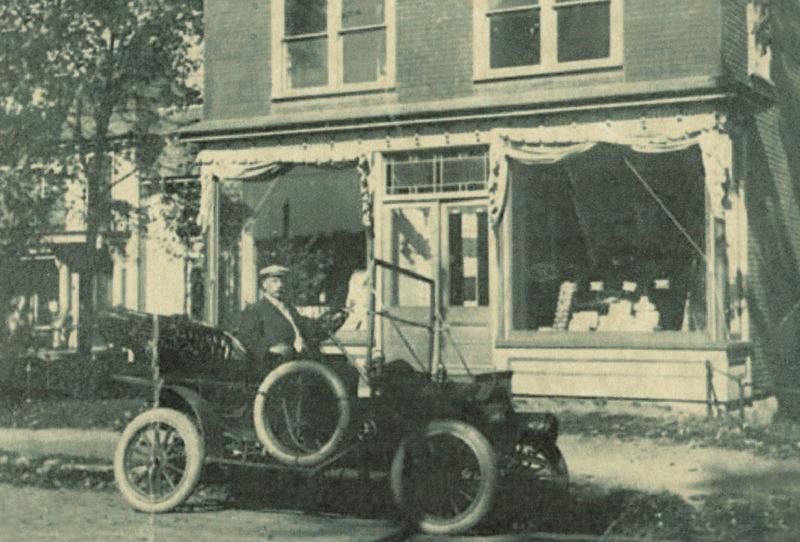 <p>Le Dr Edmond Brun a &eacute;t&eacute; le premier maire de West Shefford apr&egrave;s l&#39;incorporation du village en 1889. Il est m&eacute;decin et pharmacien et, en tant que personnage relativement ais&eacute; et bien en vue, il est normal qu&#39;il ait &eacute;t&eacute; un des premiers &agrave; poss&eacute;der une voiture automobile au village, en 1913. On le voit ici devant sa pharmacie, situ&eacute;e dans la maison voisine de sa demeure.</p>