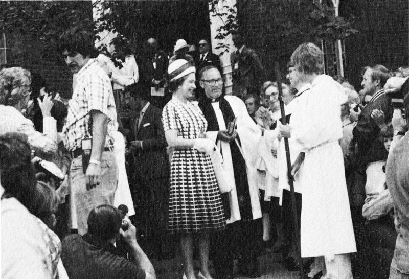 <p>La reine Elizabeth II est venue &agrave; Bromont avec sa famille en juillet 1976.<br /><br />Sa fille la princesse Anne, participait aux comp&eacute;titions &eacute;questres des jeux olympiques de Montr&eacute;al. Ces comp&eacute;titions ont eu lieu &agrave; Bromont, sur le site du centre &eacute;questre de la rue de Gasp&eacute;.<br /><br />La reine et ses fils Charles, Andrew et &nbsp;Edward ont assist&eacute; &agrave; un service religieux donn&eacute; en leur honneur, dans la petite &eacute;glise St John, le 25 juillet 1976.</p>