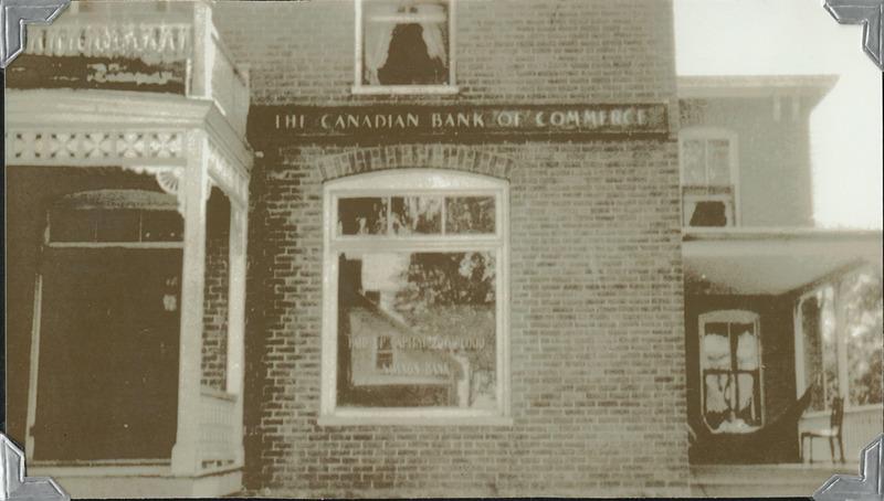 <p>La maison des selliers a aussi &eacute;t&eacute; une banque. &Agrave; partir de 1912 et jusqu&#39;en 1936, ann&eacute;e o&ugrave; Henri-Paul D&eacute;silets ach&egrave;te la maison, elle est la succursale locale de la Banque de commerce du Canada.<br /><br />En 1920, la banque est d&eacute;valis&eacute;e. On raconte que le voleur s&#39;est enfui vers Waterloo en laissant voler derri&egrave;re lui des billets de banque que les honn&ecirc;tes citoyens ont ramass&eacute;s pour les remettre &agrave; la police.&nbsp;</p>