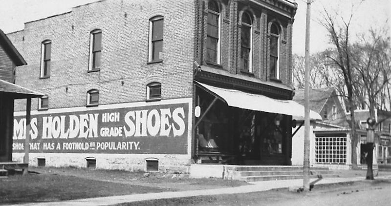 <p>Le magasin Hayes &amp; Marchessault (830, rue Shefford), avant 1919.<br /><br />Ce commerce &eacute;tait d&eacute;j&agrave; &eacute;tabli en 1886. il a &eacute;t&eacute; fond&eacute; par Victor Marchessault et Monroe Hayes en tant que magasin g&eacute;n&eacute;ral. C&#39;est le premier commerce du village qui a obtenu un permis pour l&#39;installation d&#39;une pompe &agrave; essence.<br /><br />&nbsp;</p>