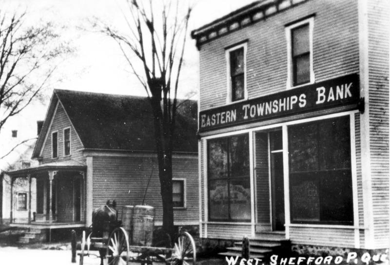 <p>La premi&egrave;re maison de George Tait et de son &eacute;pouse, &agrave; gauche. Arriv&eacute;s au village vers 1860, c&#39;est ici qu&#39;ils tiennent un magasin g&eacute;n&eacute;ral et le bureau de poste entre 1864 et 1905.</p>