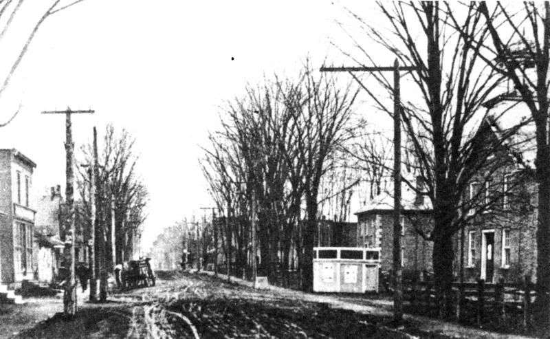 <p>&Agrave; droite, le Temperance Hall, &agrave; sa gauche, la maison Tait. En face &agrave; gauche, l&#39;h&ocirc;tel Central. Photo prise vers 1905.</p>
