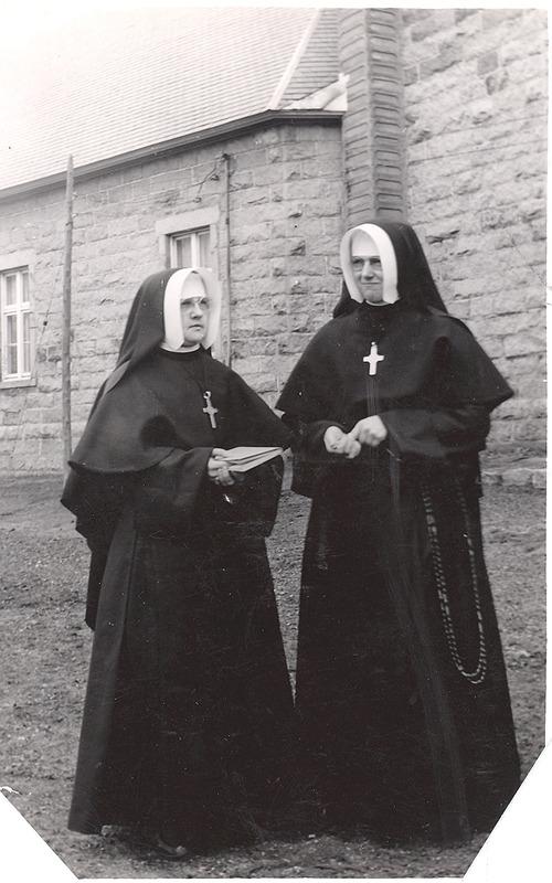 <p>Les S&oelig;urs de St-Joseph de St-Hyacinthe ont longtemps assum&eacute; l&#39;&eacute;ducation des jeunes &agrave; West Shefford.&nbsp;<br /><br />On voit ici S&oelig;ur Orise Bernier (Saint-Stanislas-Kostka) accompagn&eacute;e de S&oelig;ur Marie-Rose Daigle (Sainte-Martine), en 1946, durant les Noces d&rsquo;Argent de Sr. Saint-Stanislas-Kostka. Photo prise &agrave; c&ocirc;t&eacute; de l&#39;&eacute;glise catholique du village.</p>