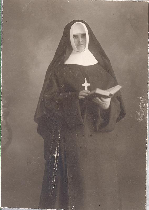 <p>Portrait non dat&eacute; de S&oelig;ur Marie-Rose Girouard (Sainte-Victoire), qui a fait partie des fondatrices du couvent en 1906.<br /><br />Les autres fondatrices sont S&oelig;ur Marie-Joseph (Ad&egrave;le Dansereau, Sup&eacute;rieure), S&oelig;ur Saint-Boniface ( &Eacute;lisa Dufault) et S&oelig;ur Saint-Fran&ccedil;ois-de-Paule (Alma Leblanc).</p>