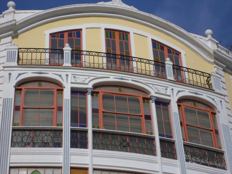 <p>La Casa Mir est l&#39;oeuvre de l&rsquo;architecte Francesc Femenias. Celui-ci a con&ccedil;u les plans de plusieurs maisons et &eacute;difices commerciaux de Mahon en plus de superviser d&#39;autres importants travaux pour la municipalit&eacute;.<br /><br />La fa&ccedil;ade du b&acirc;timent est orn&eacute;e de magnifiques balustrades, d&rsquo;une verri&egrave;re &agrave; trois arcs color&eacute;e, de fines colonnes en bois, et de quatre pilastres cannel&eacute;s, le tout surplomb&eacute; d&rsquo;une terrasse.&nbsp;</p>