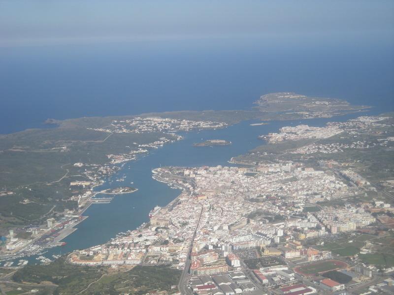 <p>C&#39;est &agrave; Mahon qu&#39;on trouve un des ports de mer les mieux situ&eacute;s de la M&eacute;dit&eacute;rann&eacute;e sur le plan strat&eacute;gique. Cela fait plus de 2000 ans que des embarcations accostent ici. Ce port de mer naturel (non transform&eacute; par l&#39;homme) a, entre autres, &eacute;t&eacute; convoit&eacute; par les Romains, les Fran&ccedil;ais, les Anglais, les Berb&egrave;res et les pirates des mers...&nbsp;</p>
