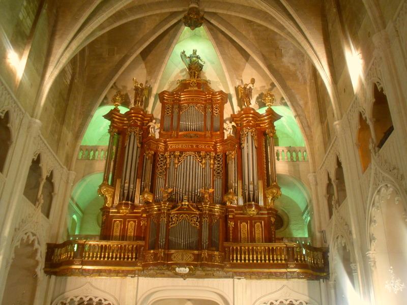 <p>Son int&eacute;rieur abrite un majestueux orgue datant de 1810, dont la construction aura dur&eacute; 3 ans. L&#39;orgue mesure quinze m&egrave;tres de hauteur et neuf m&egrave;tres de largeur. Il poss&egrave;de quatre claviers, 51 registres et 3006 tuyaux!<br /><br />Des concerts sont r&eacute;guli&egrave;rement c&eacute;l&eacute;br&eacute;s dans cette &eacute;glise depuis plus de trente ans. Peut-&ecirc;tre aurez-vous la chance d&rsquo;y assister ?</p>