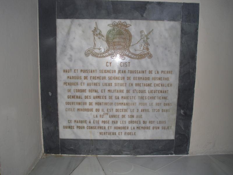 <p>Sous le grand orgue, nous pouvons voir un t&eacute;moignage de l&rsquo;occupation fran&ccedil;aise de l&rsquo;&icirc;le qui eut lieu entre 1756 et 1763. Il s&rsquo;agit d&rsquo;une plaque comm&eacute;morative de la mort du g&eacute;n&eacute;ral Jean Toussaint de la Pierre, gouverneur de Minorque durant cette p&eacute;riode.</p>