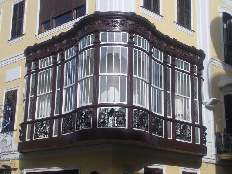 <p>Les terrasses ferm&eacute;es par des verri&egrave;res, comme celles qui ornent les maisons seigneuriales du centre historique de Mah&oacute;n, font aussi partie des caract&eacute;ristiques des constructions de cette &eacute;poque.</p>