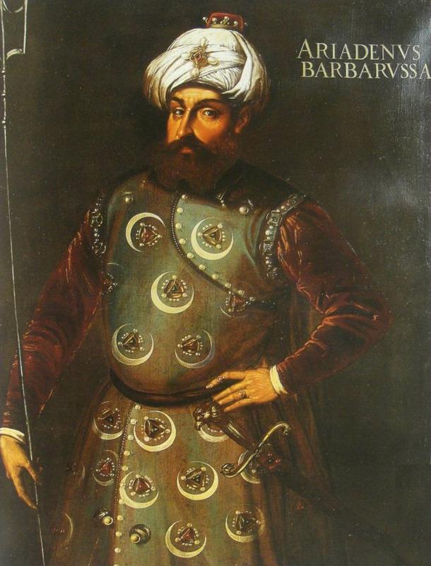 <p>L&rsquo;un des &eacute;pisodes les plus marquants de l&rsquo;histoire du port et de la ville de Mah&oacute;n s&rsquo;est d&eacute;roul&eacute; en 1535, sous la monarchie espagnole de Charles V, avec pour protagoniste le c&eacute;l&egrave;bre corsaire Barberousse.<br /><br />En r&eacute;ponse aux attaques de la marine espagnole sur la ville d&rsquo;Alger, Barberousse, &agrave; la t&ecirc;te de 2500 hommes, assi&egrave;ge la ville et, &agrave; force de ruse et de fausses promesses, obtient les cl&eacute;s de la ville des mains de ses dirigeants. Il saccage Mahon et s&rsquo;enfuit avec son butin, emmenant avec lui 800 hommes et femmes jeunes, destin&eacute;s &agrave; &ecirc;tre vendus sur les march&eacute;s d&rsquo;esclaves. Suite &agrave; cette attaque d&rsquo;une grande cruaut&eacute;,&nbsp; on prit la d&eacute;cision de renforcer les d&eacute;fenses de la ville gr&acirc;ce &agrave; la forteresse de San Felipe et la reconstruction de la muraille.<br /><br />A partir du XVIe si&egrave;cle, Espagnols, Anglais et Fran&ccedil;ais se succ&eacute;d&egrave;rent &agrave; la t&ecirc;te de l&rsquo;&icirc;le, et continu&egrave;rent &agrave; d&eacute;fendre le port de Mahon, jusqu&rsquo;&agrave; le convertir en une importante base navale, laquelle a &eacute;t&eacute; c&eacute;d&eacute;e au cours du XIXe si&egrave;cle &agrave; plusieurs flottes &eacute;trang&egrave;res.</p>