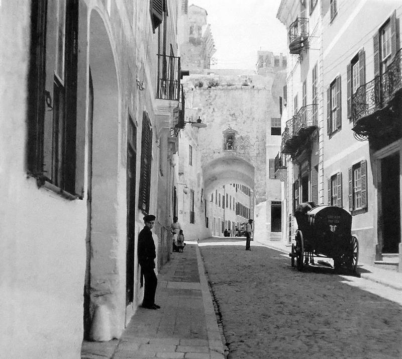 <p>Quatre portes, dont la porte de Sant Roc, permettaient autrefois d&rsquo;acc&eacute;der &agrave; la ville fortifi&eacute;e de Mah&oacute;n. De ces quatre portes, Sant Roc est la seule encore existante de nos jours.<br /><br />La porte de Sant Roc est aussi l&rsquo;un des rares vestiges des murailles m&eacute;di&eacute;vales de Mah&oacute;n. Ces derni&egrave;res ont &eacute;t&eacute; construites sur les murailles arabes par ordre du roi Alfonso III, &agrave; la fin du XIIIe si&egrave;cle, pour d&eacute;fendre la ville des attaques ennemies. Seul le front de mer n&rsquo;a pas &eacute;t&eacute; fortifi&eacute;, les falaises constituant en elles-m&ecirc;mes un moyen de d&eacute;fense naturel.</p>