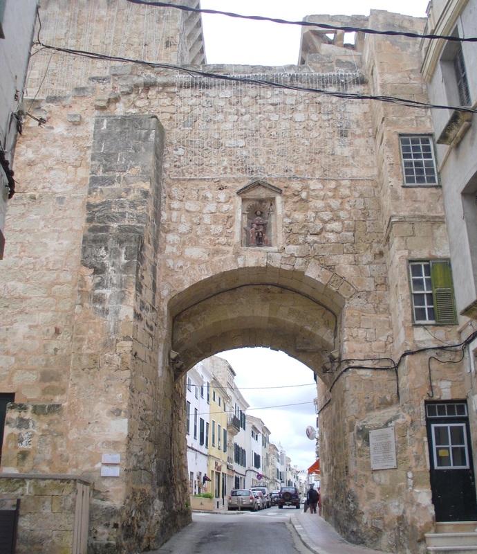 <p>Les murailles n&rsquo;ont cependant pas emp&ecirc;ch&eacute; les Turcs de s&rsquo;emparer de la ville. Apr&egrave;s le saccage de Barberousse en 1535, elles durent &ecirc;tre restaur&eacute;es et renforc&eacute;es. En sus de la porte Sant Roc, il ne reste &agrave; pr&eacute;sent qu&rsquo;un fragment de muraille sur le versant du port et une autre partie sur l&rsquo;ancien ch&acirc;teau.<br /><br />Au XIXe si&egrave;cle, le d&eacute;veloppement urbain fait dispara&icirc;tre d&eacute;finitivement les murailles de la ville. L&rsquo;une des deux tours de la porte Sant Roc est de nos jours partiellement cach&eacute;e par les &eacute;difices, tandis que l&rsquo;autre donne acc&egrave;s &agrave; la place Bastion.</p>