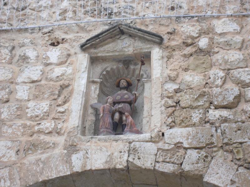 <p>L&rsquo;une des curiosit&eacute;s de cet endroit est une petite image de Sant Roc avec son chien, plac&eacute;e au fond d&rsquo;une niche.<br /><br />&Agrave; voir aux alentours:<br />Autrefois situ&eacute; dans l&rsquo;enceinte des murailles, le centre historique et ses nombreuses maisons seigneuriales sont les t&eacute;moins de l&rsquo;essor commercial de la ville et symbolisent le pouvoir &eacute;conomique, politique et militaire qui marqua d&rsquo;autres &eacute;poques.</p>