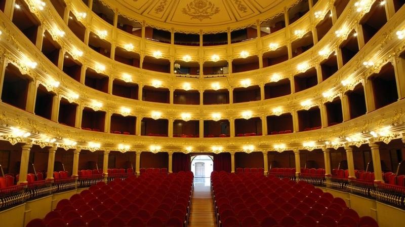<p>En 1839, la haute bourgeoisie de la ville charge Giovanni Palagi de diriger le projet d&rsquo;agrandissement du th&eacute;&acirc;tre afin de l&rsquo;adapter &agrave; la repr&eacute;sentation des nouvelles &oelig;uvres lyriques en provenance d&rsquo;Italie. Palagi s&rsquo;inspire alors des plans et d&eacute;corations des th&eacute;&acirc;tres italiens du XVIIIe si&egrave;cle.</p>