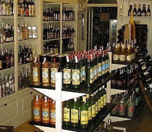 <p>Vous &ecirc;tes &agrave; la place del Carmen, en face du magasin Gin Xoriguer.&nbsp;L&rsquo;influence exerc&eacute;e par les Anglais durant l&lsquo;occupation de Minorque au XVIIe si&egrave;cle se refl&egrave;te non seulement dans l&rsquo;architecture de Mah&oacute;n et dans ses coutumes, mais aussi dans la production de gin, l&rsquo;une des boissons les plus populaires de l&rsquo;&eacute;poque en Angleterre.</p>