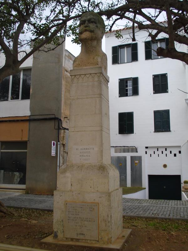<p>Cette place publique porte le nom d&rsquo;Augusto Miranda y Godoy - militaire, politicien et &eacute;crivain - p&egrave;re de la &laquo; Loi Miranda &raquo; qui, en 1915, permit de doter la Marine Espagnole de ses premiers sous-marins.</p>