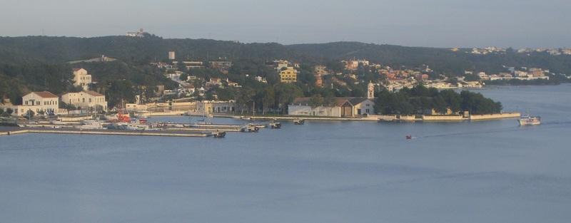 <p>La vue sur le paysage environnant est magnifique depuis ce mirador qui surplombe le port.</p>