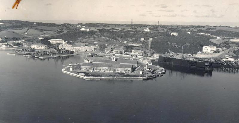 <p>Juste en face, on distingue la Isla Pinto, une &icirc;le artificielle reli&eacute;e &agrave; la terre, cr&eacute;&eacute;e par les Britanniques en 1768 &agrave; partir d&rsquo;un &icirc;lot, ceci en compl&eacute;ment d&rsquo;une base navale construite en 1708, dans le but d&rsquo;abriter une flotte de navires.</p>