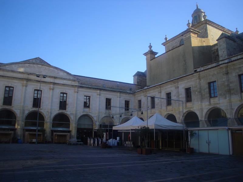 <p>Malgr&eacute; toutes ces transformations, le b&acirc;timent conserve certains &eacute;l&eacute;ments architecturaux propres aux couvents, dont les consoles sculpt&eacute;es par l&rsquo;artiste catalan Ferran Miquel Comas Ram&oacute;n.<br /><br />Cet &eacute;difice abrite actuellement le march&eacute; principal de Mah&oacute;n, ainsi que divers organismes culturels comme le Conservatoire de Musique, l&rsquo;universit&eacute; d&rsquo;enseignement &agrave; distance, la biblioth&egrave;que de la Fondation Rubi&oacute; et le si&egrave;ge du Mus&eacute;e Hern&aacute;ndez Sanz y Hern&aacute;ndez Mora, deux artistes et collectionneurs r&eacute;put&eacute;s de la ville. Le mus&eacute;e permet de contempler des aquarelles de style populaire minorquin, des &oelig;uvres des peintres Chiessa, Calvo et Anton Scharnz, ainsi qu&rsquo;une collection cartographique du port de Mah&oacute;n et de l&rsquo;&icirc;le de Minorque.&nbsp;On y pr&eacute;sente de nombreuses activit&eacute;s culturelles, concerts, expositions et spectacles, dont le c&eacute;l&egrave;bre Festival International de Jazz de Minorque.</p>