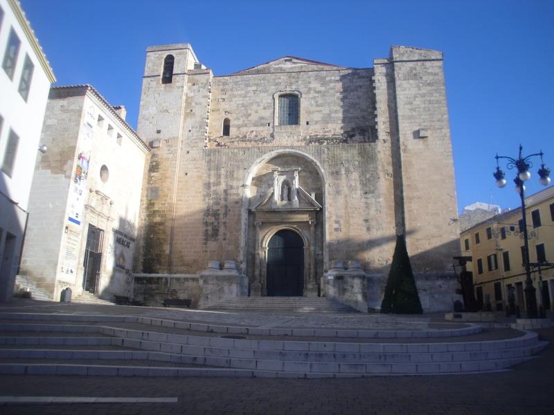 <p>Juste &agrave; c&ocirc;t&eacute; du march&eacute; se trouve L&rsquo;&eacute;glise del Carmen : le monument religieux le plus imposant de Mah&oacute;n.&nbsp;Son nom provient de la d&eacute;votion des habitants de Mah&oacute;n pour la vierge del Carmen, patronne des p&ecirc;cheurs. &Agrave; tous les ans, le 16 juillet, la ville organise une c&eacute;l&eacute;bration religieuse au cours de laquelle a lieu une procession et diff&eacute;rentes animations populaires.</p>