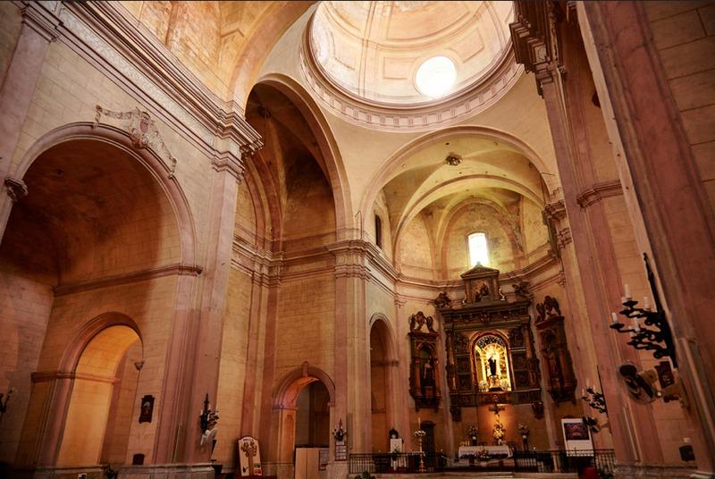 <p>Le plan d&rsquo;ensemble de ce temple est de style n&eacute;oclassique et prend la forme d&rsquo;une croix latine.</p>