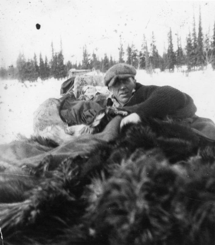 <p>La famille LePage exploitait des camps de bois le long du fleuve Yukon pour les bateaux &agrave; vapeur de la compagnie White Pass, de la fin des ann&eacute;es 1930 &agrave; la fin des ann&eacute;es 1950. Happy a pratiqu&eacute; d&rsquo;autres m&eacute;tiers au cours de sa vie, tel que conducteur de la diligence de livraison du courrier sur la route de Dawson.<br /><br />Photo : Happy LePage dans sa diligence<br />Cr&eacute;dit photo : YA Martha Silas fonds, 87/39 # 87 (PHO 340)</p>