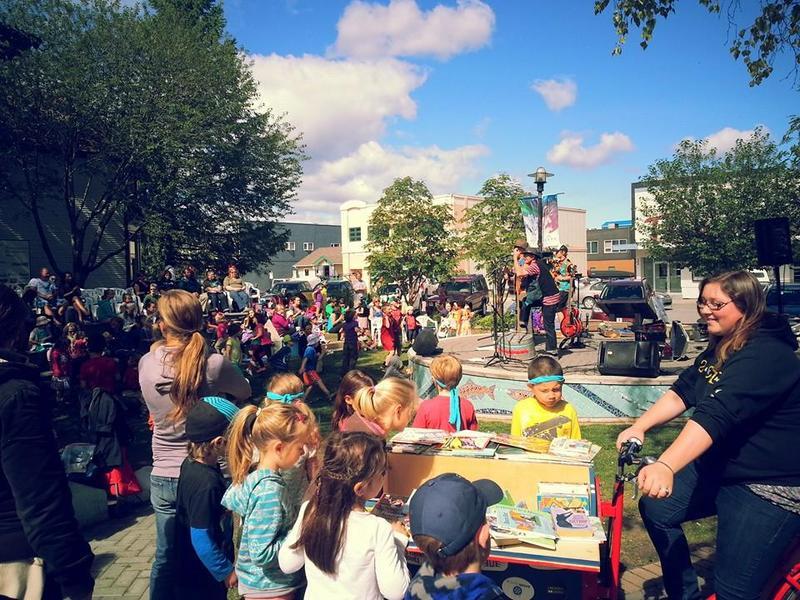 <p>Le festival Arts in the Park (les arts dans le parc) permet aux habitants et visiteurs de Whitehorse d&rsquo;assister &agrave; des spectacles et des d&eacute;monstrations d&rsquo;artistes visuels chaque &eacute;t&eacute; depuis 1996. Depuis ses d&eacute;buts, le festival a accueilli plus de 1 500 groupes et artistes visuels, dont nombre d&rsquo;artistes francophones yukonnais.<br /><br />Cr&eacute;dit photo : Music Yukon</p>