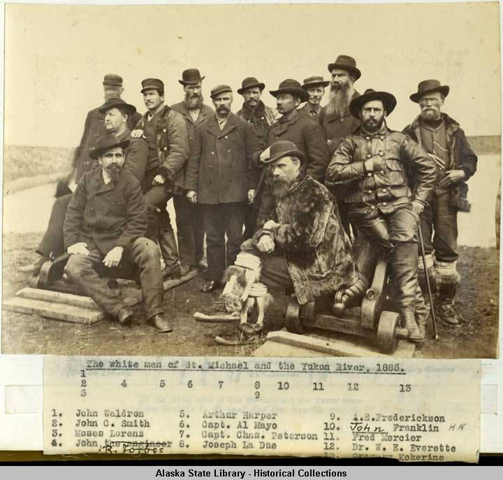 <p>Les&nbsp; francophones ont fait partie de ces premiers Blancs &agrave; explorer le Yukon, tels Joseph Ladue, fondateur de Dawson City, et Fran&ccedil;ois-Xavier Mercier, d&eacute;crit comme le roi du commerce des fourrures dans le Nord. C&rsquo;est lui qui a &eacute;tabli le premier comptoir commercial dans la r&eacute;gion qui deviendra le Klondike en 1874.<br /><br />Photo : Les hommes blancs de St Michael et la rivi&egrave;re Yukon, 1885.<br />Cr&eacute;dit photo : Schieffelin Brothers Yukon River prospecting trip, 1882-1883.&nbsp;Alaska State Library ASL-P277-017-Monograph.&nbsp;Collection Name Wickersham State Historic Site. Photographs, 1882-1930s. ASL-PCA-277.</p>