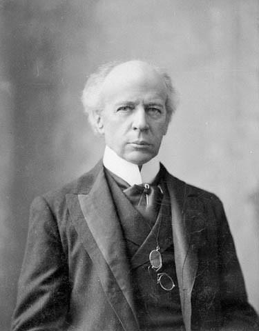C&rsquo;est en 1898, sous la gouvernance de Wilfrid Laurier, que le gouvernement canadien a cr&eacute;&eacute; le territoire du Yukon pour g&eacute;rer l&rsquo;afflux de population g&eacute;n&eacute;r&eacute; par la Ru&eacute;e vers l&rsquo;or du Klondike. Premier francophone &agrave; assumer les fonctions de premier ministre du Canada de 1896 &agrave; 1911, Laurier a envoy&eacute; ses proches collaborateurs francophones au Yukon pour traiter des deux domaines d&rsquo;importance &agrave; cette &eacute;poque : les acc&egrave;s (fronti&egrave;res et acc&egrave;s navigables et terrestres) et l&rsquo;or. Il a d&rsquo;ailleurs &eacute;t&eacute; accus&eacute; de favoritisme envers eux.<br /><br />Ce sont notamment des ing&eacute;nieurs francophones qui ont &eacute;t&eacute; envoy&eacute;s au Yukon pour am&eacute;liorer les voies navigables : Paul-&Eacute;mile Mercier, fils d&rsquo;Honor&eacute; Mercier, premier ministre du Qu&eacute;bec &agrave; l&rsquo;&eacute;poque, Joseph Charles Tach&eacute;, fils du docteur Jean-Charles Tach&eacute;, sous-ministre des travaux publics &agrave; Ottawa et auteur du projet de la Conf&eacute;d&eacute;ration canadienne (Eug&egrave;ne-&Eacute;tienne Tach&eacute;, de la m&ecirc;me famille, a contribu&eacute; &agrave; la construction de l&rsquo;h&ocirc;tel du Parlement de Qu&eacute;bec). Le juge &agrave; la cour territoriale,&nbsp;Calixte-Aim&eacute; Dugas, &eacute;tait &eacute;galement francophone.<br /><br />Photo : Wilfrid Laurier<br />Source : Archives nationales du Canada, C-001971