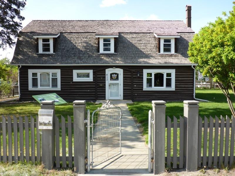 <p>La maison Taylor a &eacute;t&eacute; construite pour Bill Taylor et Aline Arbour Cyr, tous deux n&eacute;s de familles pionni&egrave;res du Yukon. Leurs familles ont contribu&eacute; &agrave; l&rsquo;essor &eacute;conomique du Yukon &agrave; travers leurs entreprises. La compagnie Taylor &amp; Drury a exploit&eacute; jusqu&rsquo;&agrave; dix-neuf magasins sur le territoire du Yukon, du d&eacute;but du 20e si&egrave;cle jusqu&rsquo;aux ann&eacute;es 1960.<br /><br />Cr&eacute;dit photo : St&eacute;phanie Chevalier</p>