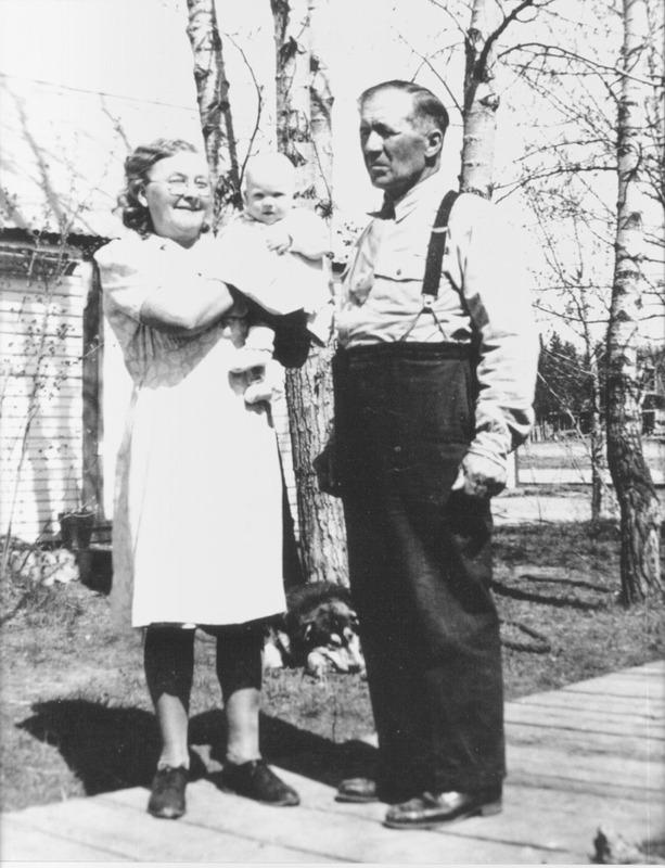 <p>Aline Arbour Cyr est arriv&eacute;e avec sa m&egrave;re et son fr&egrave;re au Yukon en 1918. Veuve depuis peu, sa m&egrave;re Marie Beaudoin est venue rejoindre son beau-p&egrave;re, Fran&ccedil;ois-Xavier Lad&eacute;route, &eacute;tabli &agrave; Kirkman Creek, au sud de Dawson sur le fleuve Yukon. Il lui avait d&eacute;crit un lieu paradisiaque dont il &eacute;tait le maire. En r&eacute;alit&eacute;, il y vivait seul, dans une cabine au milieu de la nature, si bien qu&rsquo;au bout de quelques mois pass&eacute;s dans la mis&egrave;re, Marie a d&eacute;cid&eacute; de retourner au Qu&eacute;bec avec ses deux enfants.<br /><br />Arriv&eacute;e &agrave; Whitehorse, elle peinait &agrave; se faire comprendre pour acheter ses billets de retour puisqu&rsquo;elle parlait peu l&rsquo;anglais, si bien qu&rsquo;on a appel&eacute; Antoine Cyr pour faire office de traducteur. Marie n&rsquo;est finalement pas rentr&eacute;e avec le bateau Princess Sophia qui a coul&eacute; avec ses 343 passagers dans les eaux de l&rsquo;Alaska. Cinq jours apr&egrave;s sa rencontre avec Antoine, ils se sont mari&eacute;s et au fil des ans, Marie a donn&eacute; naissance &agrave; cinq enfants.<br /><br />Photo : Marie et Antoine<br />Cr&eacute;dit photo : Coll. Yann Herry</p>