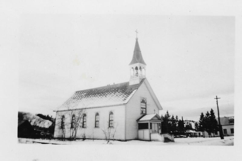 Les francophones ont grandement contribu&eacute; &agrave; &eacute;tablir la religion catholique au Yukon. En 1900, le p&egrave;re Camille Lefebvre et le fr&egrave;re Augustin Dumas ont construit l&rsquo;&eacute;glise Sacr&eacute;-C&oelig;ur de Whitehorse avec l&rsquo;aide de plusieurs Canadiens fran&ccedil;ais. L&rsquo;inscription fran&ccedil;aise au pied de la statue de Notre-Dame-du-Sacr&eacute;-C&oelig;ur t&eacute;moigne d&rsquo;ailleurs de leur contribution. L&rsquo;&eacute;glise a &eacute;t&eacute; remplac&eacute;e par la cath&eacute;drale actuelle au d&eacute;but des ann&eacute;es 1960.<br /><br />Photo : &Eacute;glise Sacr&eacute;-C&oelig;ur, 1943<br />Cr&eacute;dit photo : Coll. Yann Herry