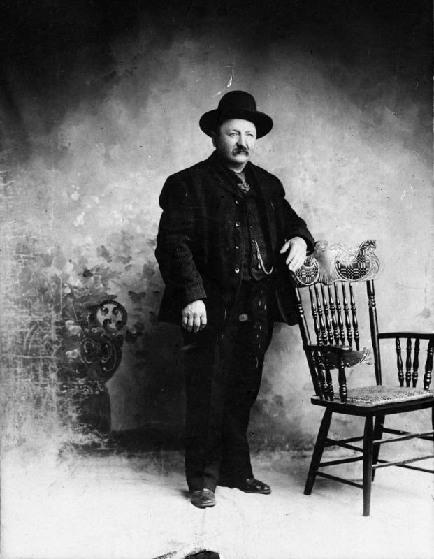<p>Apr&egrave;s la Ru&eacute;e vers l&rsquo;or, Michel s&rsquo;est fait connaitre comme trappeur et prospecteur et il a aussi travaill&eacute; comme conducteur pour une entreprise sp&eacute;cialis&eacute;e dans le commerce de viande. En 1915, il a construit le troisi&egrave;me relais Montague sur la route entre Whitehorse et Dawson (Overland Trail). Il y a v&eacute;cu et s&rsquo;est occup&eacute; des &eacute;curies jusqu&rsquo;&agrave; ce que le courrier soit transport&eacute; par des v&eacute;hicules, en 1929.<br /><br />Cr&eacute;dit photo : Mus&eacute;e MacBride, coll. Laurent Cyr<br />&nbsp;</p>