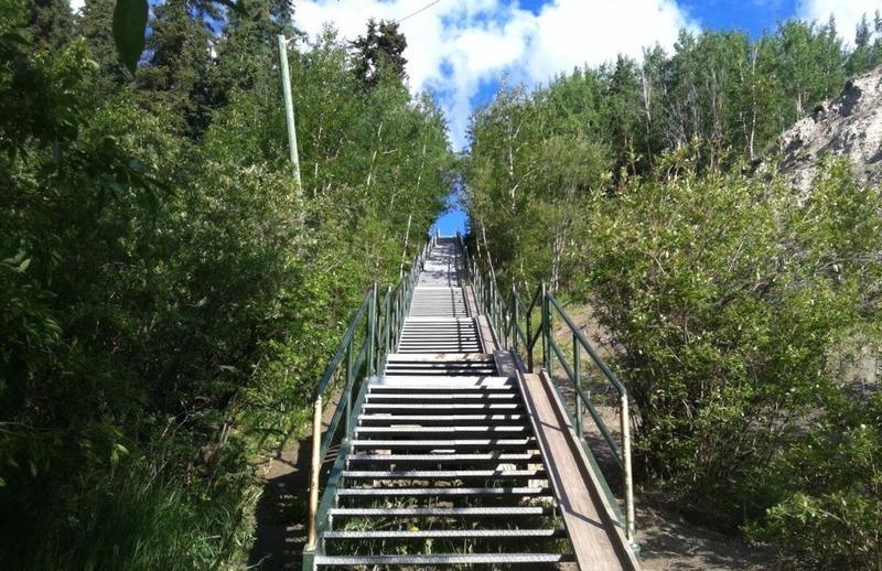 <p>Cet escalier qui comporte 200 marches est tr&egrave;s fr&eacute;quent&eacute; par les sportifs. Ils s&rsquo;y entra&icirc;nent pour leur prochaine randonn&eacute;e ou pour am&eacute;liorer leur cardio.<br /><br />Photo : Escaliers, vue du bas<br />Cr&eacute;dit photo : Lewis Rifkind</p>