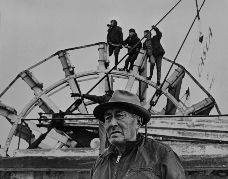 <p>Le b&acirc;timent situ&eacute; au parc Shipyards a &eacute;t&eacute; nomm&eacute; Frank Slim en l&rsquo;honneur du pilote de bateau reconnu. N&eacute; la m&ecirc;me ann&eacute;e que la Ru&eacute;e vers l&rsquo;or du Klondike en 1898, d&rsquo;un p&egrave;re Tlingit et d&rsquo;une m&egrave;re Tutchone du Sud, il a &eacute;t&eacute; l&rsquo;un des tout premiers membres des Premi&egrave;res nations &agrave; exercer cette profession dans le Nord.<br /><br />Apr&egrave;s avoir grandi de fa&ccedil;on traditionnelle dans les bois, il a commenc&eacute; &agrave; travailler sur les bateaux &agrave; l&rsquo;&acirc;ge de 16 ans et a gravi les &eacute;chelons petit &agrave; petit. Pour ce faire, il a appris &agrave; lire et &agrave; &eacute;crire, ce que tr&egrave;s peu de membres des Premi&egrave;res nations savaient faire &agrave; l&rsquo;&eacute;poque. Il a d&ucirc; abandonner son statut officiel d&rsquo;Indien pour avoir le droit d&rsquo;obtenir son certificat de pilote, car ce n&rsquo;&eacute;tait pas autoris&eacute; aux Premi&egrave;res nations. Il a marqu&eacute; l&rsquo;histoire du Yukon par ses exploits, son courage et sa bont&eacute;.<br /><br />Cr&eacute;dit photo : Archives du Yukon, collection Their Own Project, 2000/37, # 219</p>
