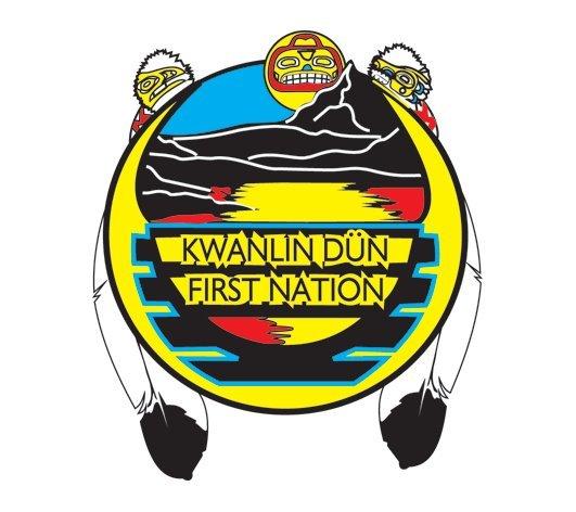 <p>La Premi&egrave;re nation des Kwanlin D&uuml;n, tout comme les Ta&rsquo;an Kw&auml;ch&rsquo;&auml;n, poss&egrave;de des territoires traditionnels dans la ville de Whitehorse. En langue tutchone du Sud, Kwanlin signifie &laquo; eau qui coule &agrave; travers un espace &eacute;troit &raquo;, d&eacute;crivant ainsi l&rsquo;eau vive qui traverse le canyon Miles et les rapides du cheval blanc. Cette premi&egrave;re nation a adopt&eacute; la langue des Tutchones du Sud et des coutumes des Tlingits, comme organiser leur peuple en clans : Wolf (loup) et Crow&nbsp; (corneille). Pour les autochtones, leur lien &eacute;troit avec la terre s&rsquo;av&egrave;re essentiel &agrave; leur identit&eacute; culturelle.<br /><br />La Premi&egrave;re nation des Kwanlin D&uuml;n r&eacute;sulte de la fusion de plusieurs peuples de la r&eacute;gion, ordonn&eacute;e par l&rsquo;administration canadienne en 1956, afin de simplifier leur gestion. Aujourd&rsquo;hui, c&rsquo;est un peuple divers, compos&eacute; de membres d&rsquo;origine tutchone, tagish et tlingit, natifs de la r&eacute;gion ou venus s&rsquo;installer dans les environs pour chercher du travail au fil du 20e si&egrave;cle.<br /><br />Cr&eacute;dit photo : Kwanlin D&uuml;n First Nation</p>