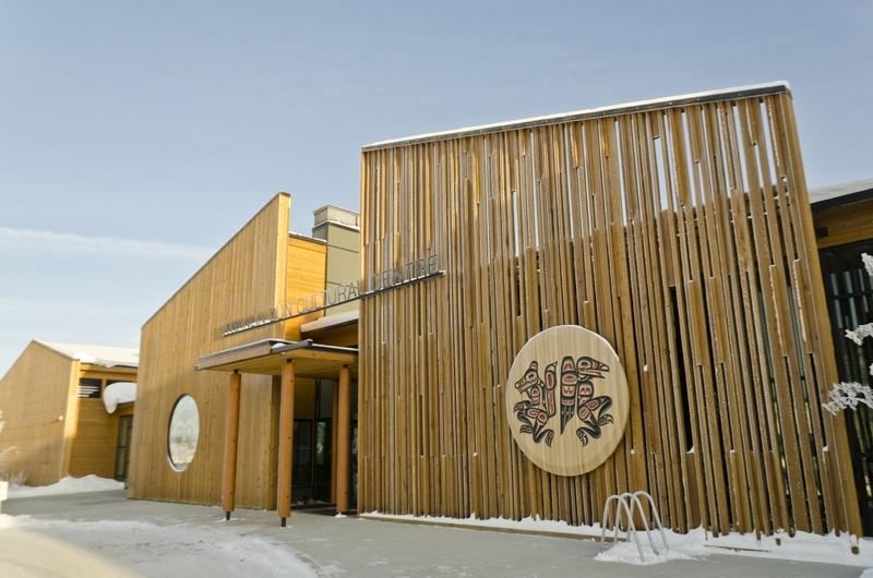 <p>Le Kwanlin D&uuml;n Cultural Centre (Centre culturel des Kwanlin D&uuml;n) a ouvert ses portes en 2012 et constitue un v&eacute;ritable retour au fleuve pour ses citoyens. En effet, jusqu&rsquo;&agrave; la moiti&eacute; du 20e si&egrave;cle, les Premi&egrave;res nations vivaient de mani&egrave;re saisonni&egrave;re sur les berges du fleuve Yukon, notamment dans les limites de ce qui est devenu officiellement Whitehorse en 1950.<br /><br />&Agrave; mesure que la ville grandissait, tout au long du dernier si&egrave;cle, les habitants des bords du fleuve ont &eacute;t&eacute; expuls&eacute;s et r&eacute;guli&egrave;rement d&eacute;plac&eacute;s. En 1988, la Premi&egrave;re nation des Kwanlin D&uuml;n a obtenu un territoire dans les hauteurs de Whitehorse, loin du fleuve, pour y installer le village dans lequel beaucoup d&rsquo;entre eux vivent encore aujourd&rsquo;hui.<br /><br />La cr&eacute;ation du centre culturel a permis &agrave; ce peuple de se r&eacute;approprier son territoire traditionnel et de redonner une place centrale aux Premi&egrave;res nations dans la ville de Whitehorse.<br /><br />Cr&eacute;dit photo : Gouvernement du Yukon</p>