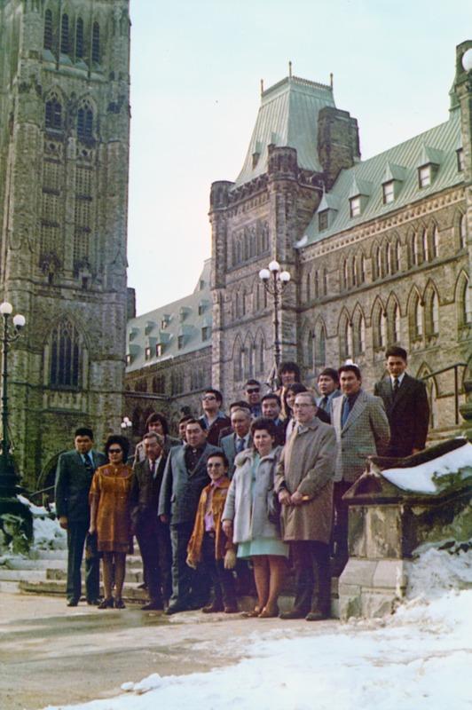 <p>En 1902, le chef Jim Boss (Kishx&oacute;ot) des Ta&#39;an Kw&auml;ch&#39;&auml;n, conscient des bouleversements profonds que son peuple &eacute;tait en train de subir avec la Ru&eacute;e vers l&rsquo;or, a &eacute;crit au d&eacute;partement des Affaires indiennes du Canada pour demander que la chasse intensive par les nouveaux arrivants soit r&eacute;glement&eacute;e, et que son peuple soit compens&eacute; pour les pertes de terres. Cette lettre repr&eacute;sente la premi&egrave;re &eacute;bauche de n&eacute;gociation de droits sur les terres par un membre d&rsquo;une Premi&egrave;re nation du Yukon.<br /><br />En 1972, un groupe de repr&eacute;sentants des Premi&egrave;res nations yukonnaises, dirig&eacute; par Elijah Smith, un a&icirc;n&eacute; de la nation Kwanlin D&uuml;n, a pr&eacute;sent&eacute; au premier ministre canadien Pierre Elliott Trudeau un document intitul&eacute; &laquo; Ensemble aujourd&rsquo;hui, pour nos enfants demain &raquo;. Au c&oelig;ur de leur message se trouvait une d&eacute;claration claire : &laquo; Sans terres, les peuples indiens n&rsquo;ont pas d&rsquo;&acirc;me &mdash; pas de vie, pas d&rsquo;identit&eacute;, pas de raison d&rsquo;&ecirc;tre. &raquo; Cette initiative a enclench&eacute; le processus de r&eacute;clamation des terres du Yukon qui continue aujourd&rsquo;hui.<br /><br />Sur les quatorze Premi&egrave;res nations du Yukon, onze ont n&eacute;goci&eacute; des accords avec les gouvernements du Canada et du Yukon afin de cr&eacute;er leurs propres gouvernements autonomes, souverains, qui g&egrave;rent leurs terres et leurs peuples.<br /><br />Photo : Les dirigeants des Premi&egrave;res nations yukonnaises &agrave; Ottawa lors de leur rencontre avec le premier ministre Pierre Elliott Trudeau pour pr&eacute;senter le document Together Today for our Children Tomorrow (Ensemble aujourd&rsquo;hui, pour nos enfants demain), f&eacute;vrier 1973<br />Cr&eacute;dit photo : Archives du Yukon, collection Judy Gingell, 98/74, # 1</p>