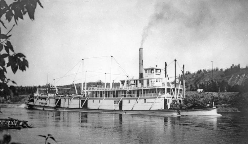 Construit &agrave; Whitehorse, le S.S. Klondike I &eacute;tait le plus grand bateau &agrave; aube de la flotte de la British Yukon Navigation Company, une filiale de la White Pass &amp; Yukon Route. Il a parcouru le fleuve Yukon de Whitehorse &agrave; Dawson de 1929 jusqu&rsquo;&agrave; 1936, ann&eacute;e o&ugrave; il a coul&eacute; dans le tron&ccedil;on Thirty Miles. Cette m&ecirc;me ann&eacute;e, le S.S. Klondike II, que vous voyez au bord du fleuve, a &eacute;t&eacute; construit pour continuer &agrave; effectuer le trajet.<br /><br />Ce bateau comm&eacute;more une &egrave;re durant laquelle les rails et bateaux connectaient le Yukon au monde ext&eacute;rieur. L&rsquo;&acirc;ge d&rsquo;or des bateaux a pris fin dans les ann&eacute;es 1950, une fois que le territoire a &eacute;t&eacute; desservi par des acc&egrave;s routiers.<br /><br />Photo : S.S. Klondike I<br />Cr&eacute;dit photo : Archives publiques du Canada