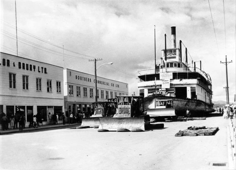 Vous &ecirc;tes-vous demand&eacute; comment on a install&eacute; un tel bateau sur le rivage? Le S.S. Klondike, dernier bateau &agrave; aube en activit&eacute; sur le fleuve, a &eacute;t&eacute; mis en cale s&egrave;che dans le chantier naval en 1955. En 1966, le d&eacute;partement des Affaires du Nord a d&eacute;cid&eacute; de prot&eacute;ger le bateau, d&eacute;sormais reconnu comme monument historique national.<br /><br />Cet &eacute;t&eacute;-l&agrave;, le bateau de 1&thinsp;300 tonnes a &eacute;t&eacute; d&eacute;plac&eacute; du parc Shipyards &agrave; un emplacement proche de son site actuel. L&rsquo;op&eacute;ration a n&eacute;cessit&eacute; quatre tracteurs chenill&eacute;s et huit tonnes de savon en poudre pour lubrifier le chemin emprunt&eacute; par le bateau. Le d&eacute;m&eacute;nagement a dur&eacute; cinq semaines et l&rsquo;entrepreneur qui l&rsquo;a r&eacute;alis&eacute; a &eacute;t&eacute; r&eacute;compens&eacute; par le maire.<br /><br />Photo : S.S. Klondike sur la rue Front<br />Cr&eacute;dit photo : Archives du Yukon, coll. Librairie publique de Vancouver, # 2247