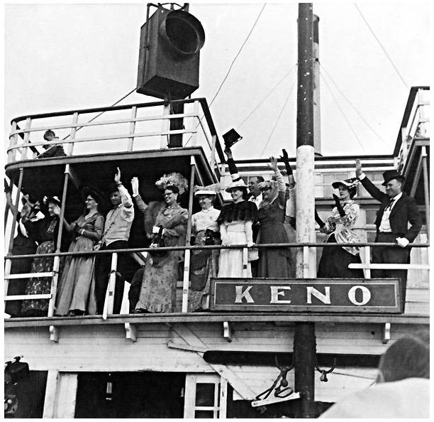 En 1960, le S.S. Keno a accompli son dernier voyage sur le fleuve pour rejoindre Dawson o&ugrave; il a &eacute;t&eacute; mis en cale s&egrave;che. Le Franco-Yukonnais &Eacute;mile Forrest a &eacute;t&eacute; choisi pour piloter le bateau; &agrave; 71 ans, c&rsquo;&eacute;tait d&rsquo;ailleurs la premi&egrave;re fois qu&rsquo;il en pilotait un si gros.<br /><br />Lorsque le grand jour est enfin arriv&eacute;, au moment o&ugrave; le bateau &eacute;tait mis &agrave; l&rsquo;eau, &Eacute;mile Forrest a subi une attaque cardiaque et est d&eacute;c&eacute;d&eacute; peu apr&egrave;s. C&rsquo;est le pilote Franck Slim qui l&rsquo;a remplac&eacute; pour ce voyage, tandis qu&rsquo;un service fun&egrave;bre &eacute;tait c&eacute;l&eacute;br&eacute; pour lui &agrave; l&rsquo;&eacute;glise Old Log.<br /><br />Photo : Dernier voyage du S.S. Keno<br />Cr&eacute;dit photo : Archives du Yukon, Fonds Bea McLeod # 13