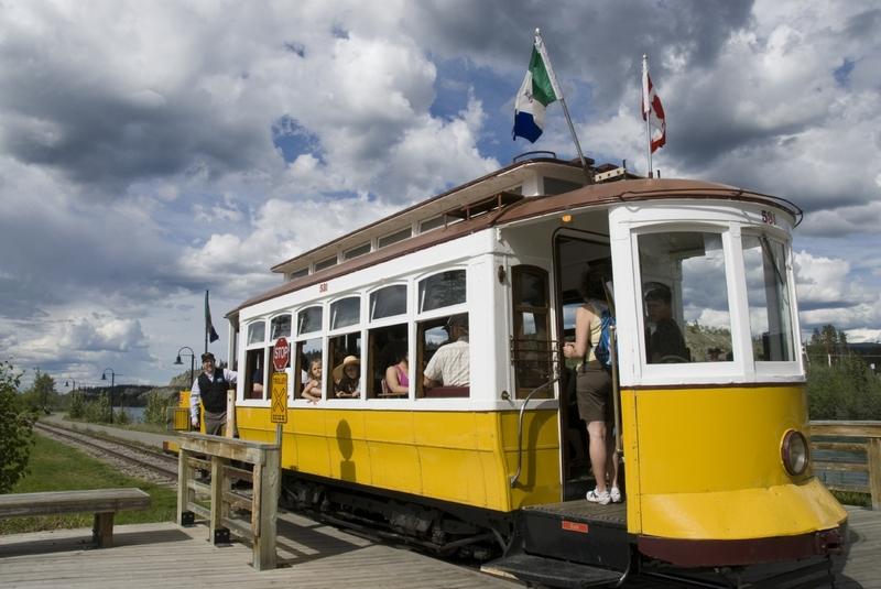 <p>Si vous souhaitez approfondir vos connaissances sur les rives du fleuve, vous pouvez troquer votre v&eacute;lo contre un tour de trolley. Il vous ram&egrave;nera &agrave; votre point de d&eacute;part, avec une visite guid&eacute;e en anglais.<br /><br />Le trolley fonctionne de mai &agrave; septembre.<br /><br />Cr&eacute;dit photo : Gouvernement du Yukon</p>