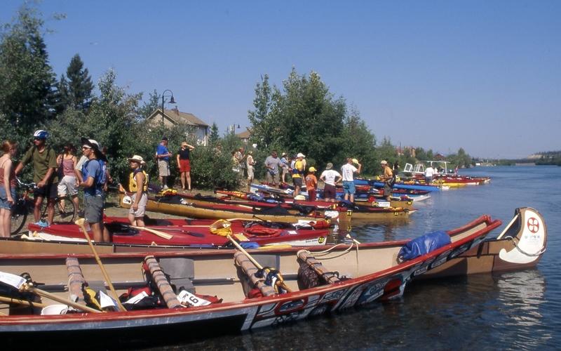 <p>Une course de l&rsquo;extr&ecirc;me d&eacute;marre dans ce parc : la Yukon River Quest. Cette course annuelle de canot, kayak et surf &agrave; pagaie (paddleboard) d&eacute;tient le titre de la plus longue au monde, avec 715 kilom&egrave;tres &agrave; parcourir jusqu&rsquo;&agrave; Dawson.<br /><br />Peu de sommeil pour les comp&eacute;titeurs qui profitent aussi du soleil de minuit du mois de juin pour pagayer nuit et jour, hormis deux pauses obligatoires qui totalisent dix heures. Le record est tenu par une &eacute;quipe qui a parcouru la distance en moins de 40 heures.<br /><br />Photo : D&eacute;part de la Yukon River Quest<br />Cr&eacute;dit photo : Gouvernement du Yukon</p>